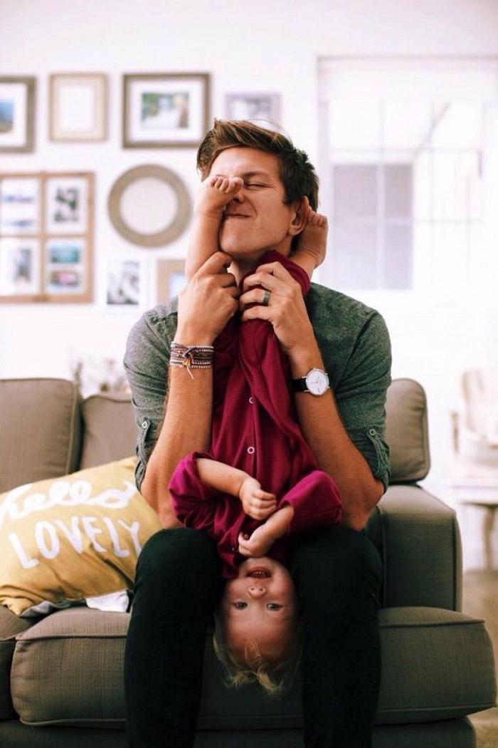 padres abrazos hijos
