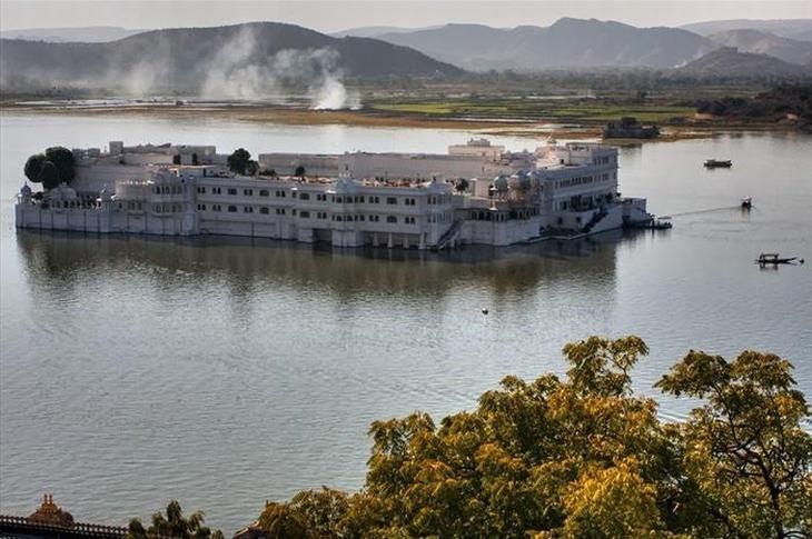 palacio indio sobre un lago
