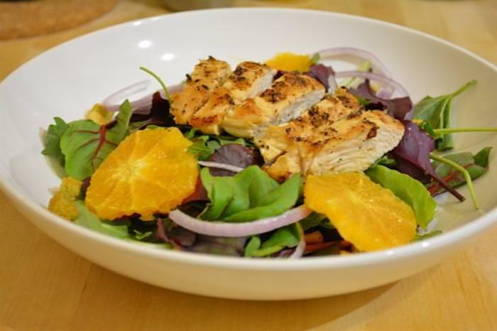 Alivia Los Síntomas Del Resfriado Con Esta Ensalada De Pollo a La Naranja