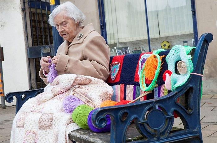 abuelita adorna su ciudad con ganchillo