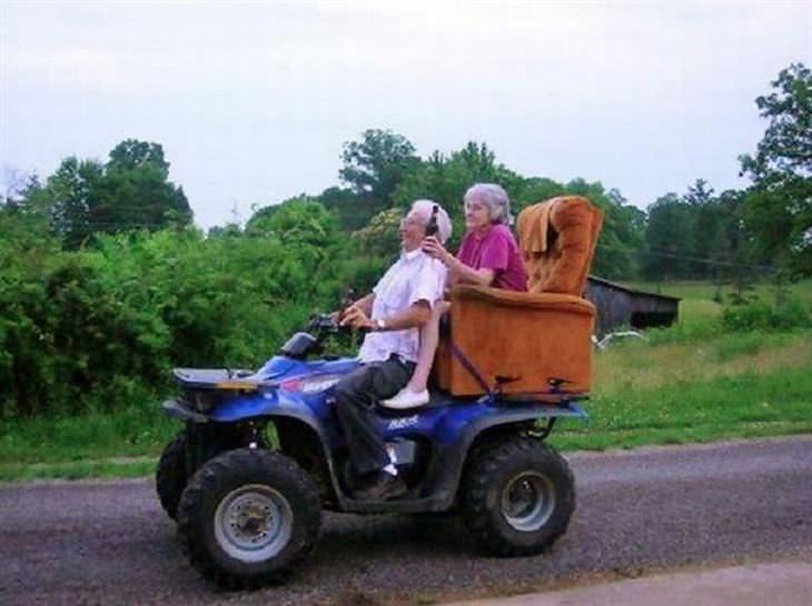 parejas mayores que disfrutan como niños