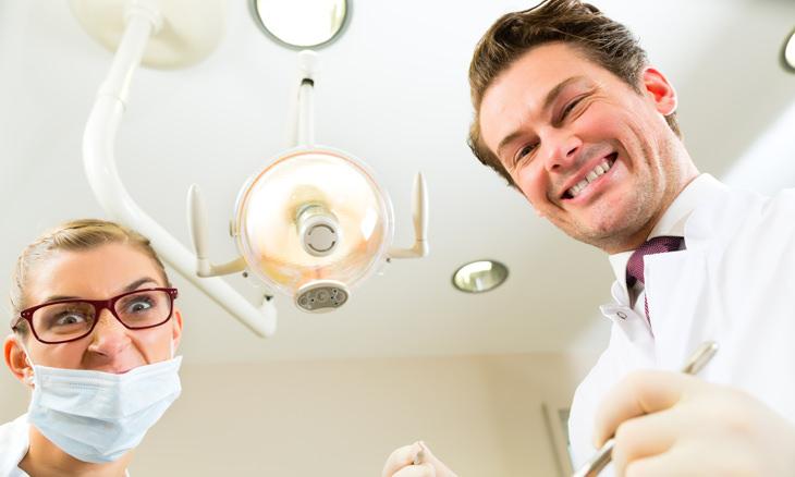anciana señora dentista