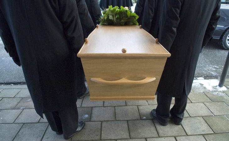 joven indio se despierta funeral