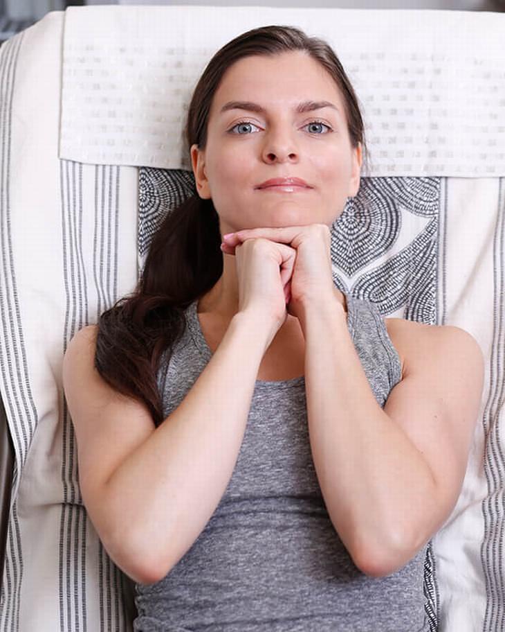 3 ejercicios faciales para mantenerte joven