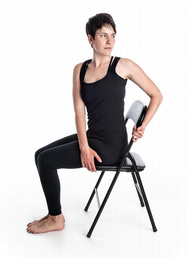 7 posiciones de yoga en una silla