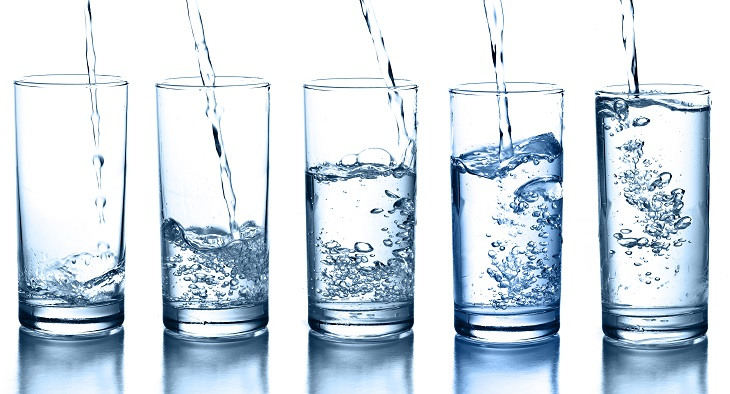 peligros beber demasiada agua