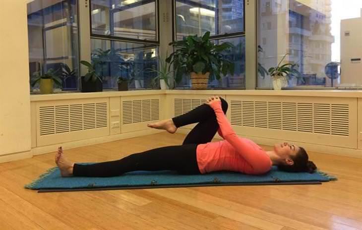 estiramientos yoga hinchazón