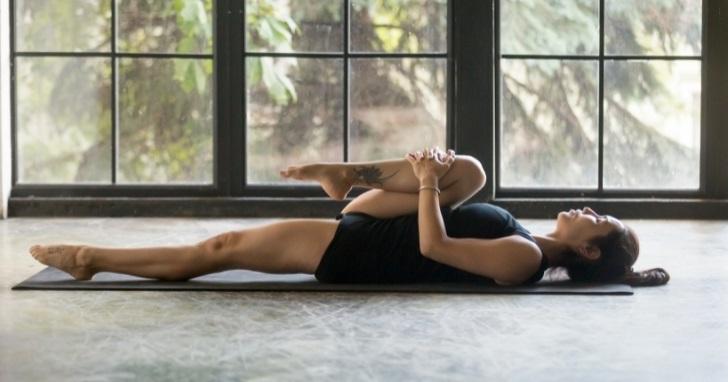 Ejercicio 1. Alivia el dolor lumbar con estiramientos de rodilla a pecho.