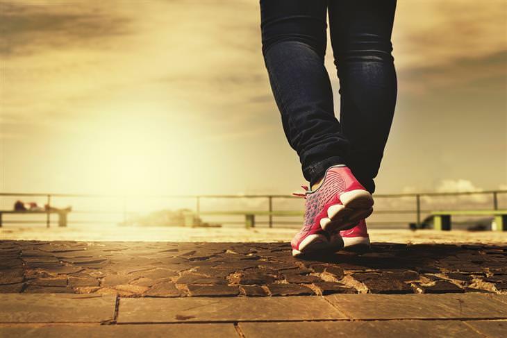 pies hinchados después de caminar largas distancias