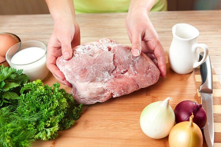 carne sobre una tabla de cortar