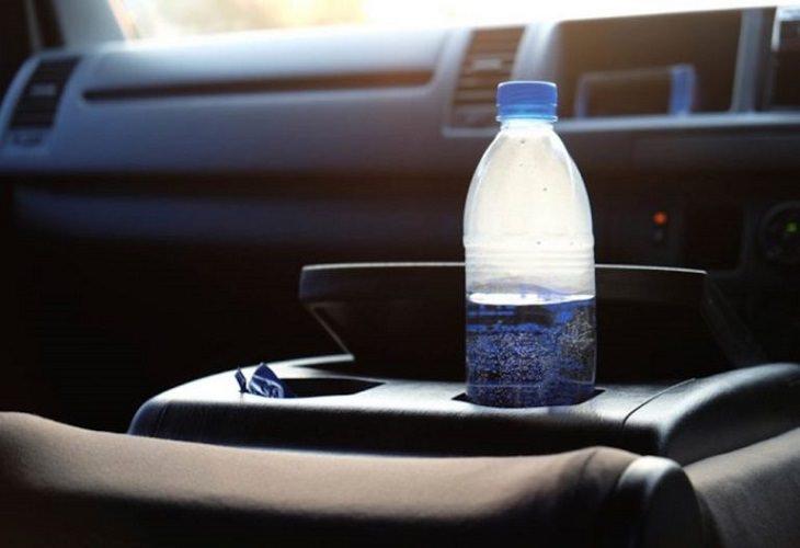 peligro botellas de agua en coche