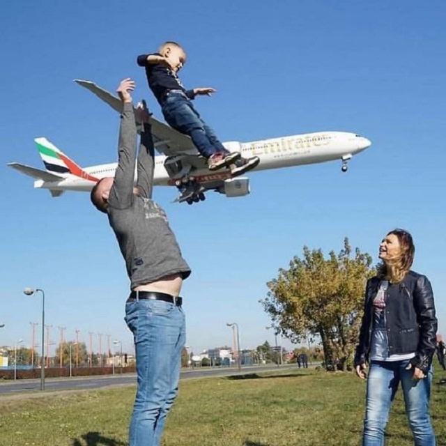 foto avión niño captada en el momento justo