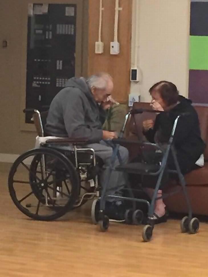 Amor Tercera Edad Pareja reunida en hospital
