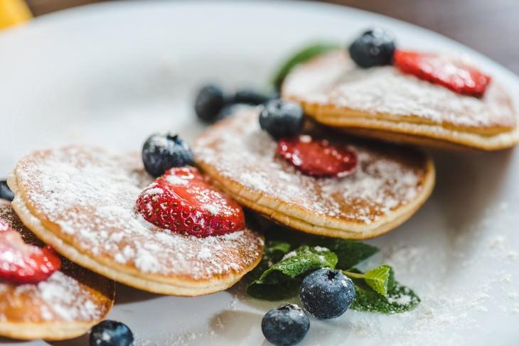 tortitas con arándanos, fresas y azúcar