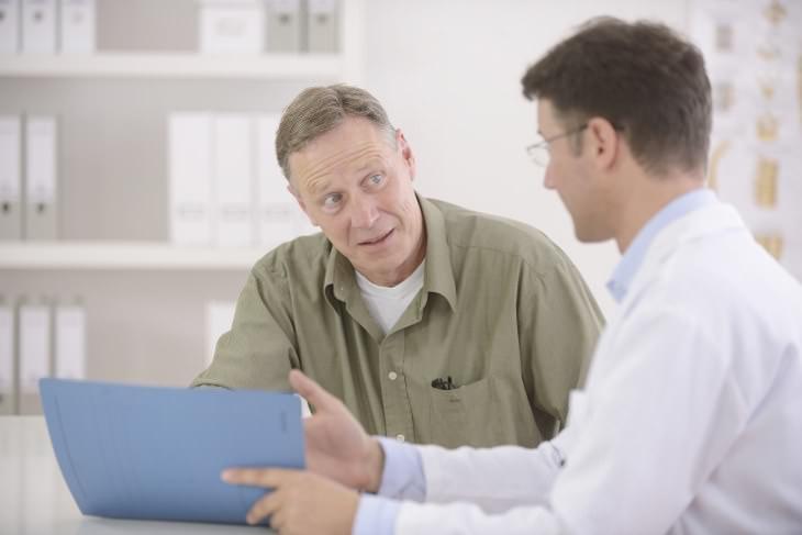 hombre mayor de 40 hablando con su médico