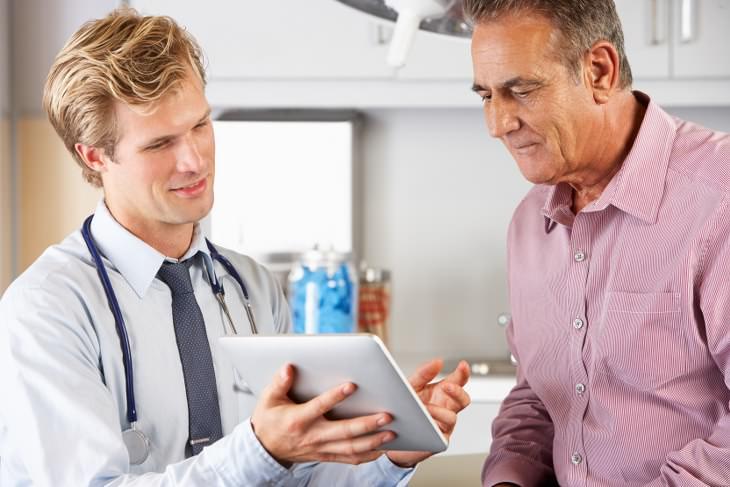 joven médico hablando su paciente