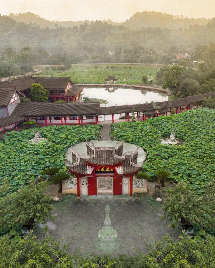 Una puerta a las esculturas rupestres de Dazu en China