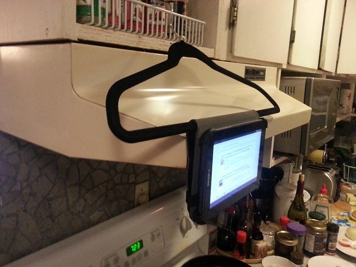 Pantalla colgada con gancho en cocina