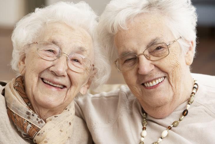 dos señoras mayores optimistas