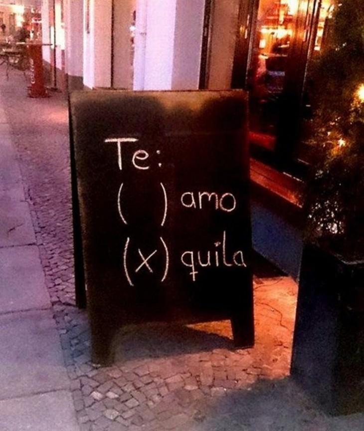 letrero en un negocio con la palabra tequila