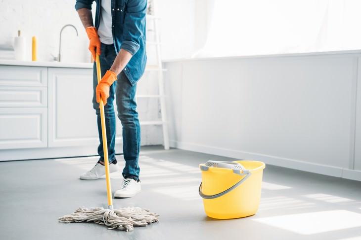 hombre limpiando el suelo