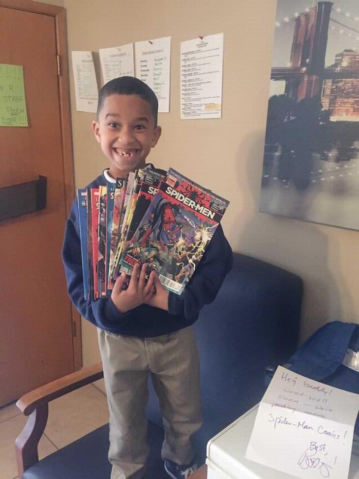 Niño recibió cómics como regalo del autor