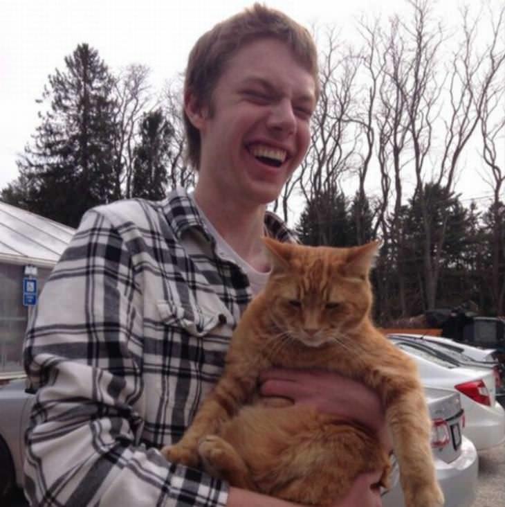 Hombre ciego sostiene un gato por primera vez