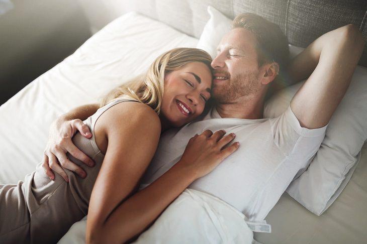 pareja de mediana edad en la cama