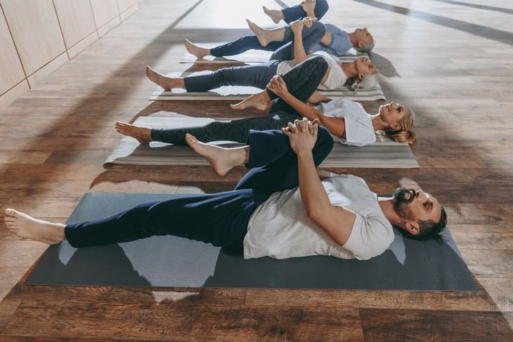 5 minutos estiramientos espalda dormir mejor