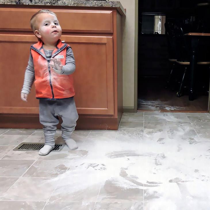 Niño lleno de harina