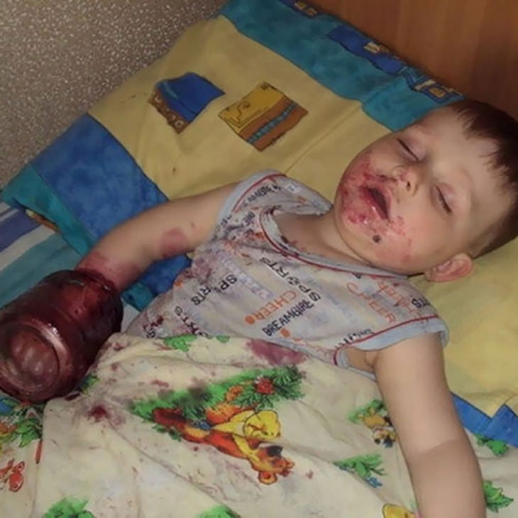 Niño con frasco en la mermelada