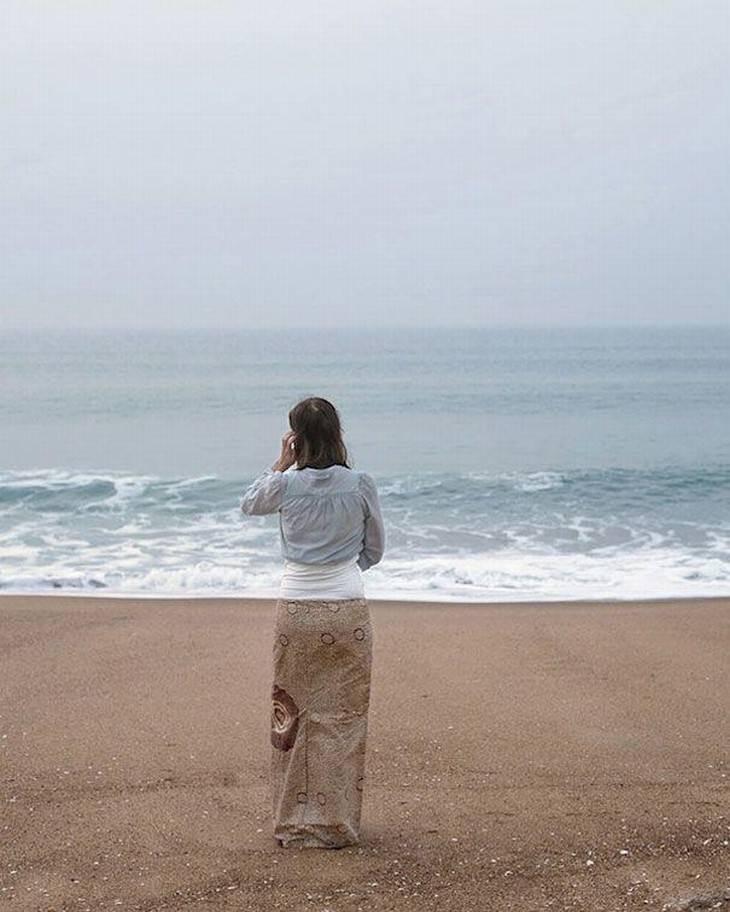 mujer de ilusiones ópticas en la playa a juego con el fondo