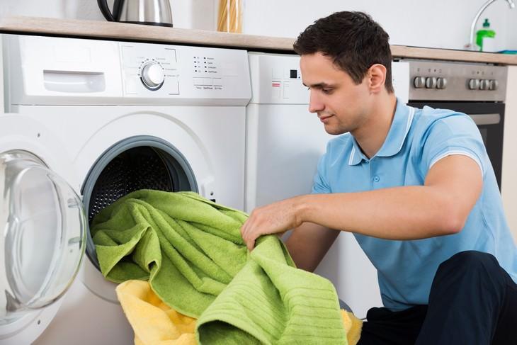Cuidado del medio lava la ropa con agua fría