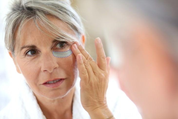 Aplicar crema de ojos de forma incorrecta