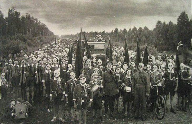 Habitantes de Miyakejima Japón con máscaras de gas