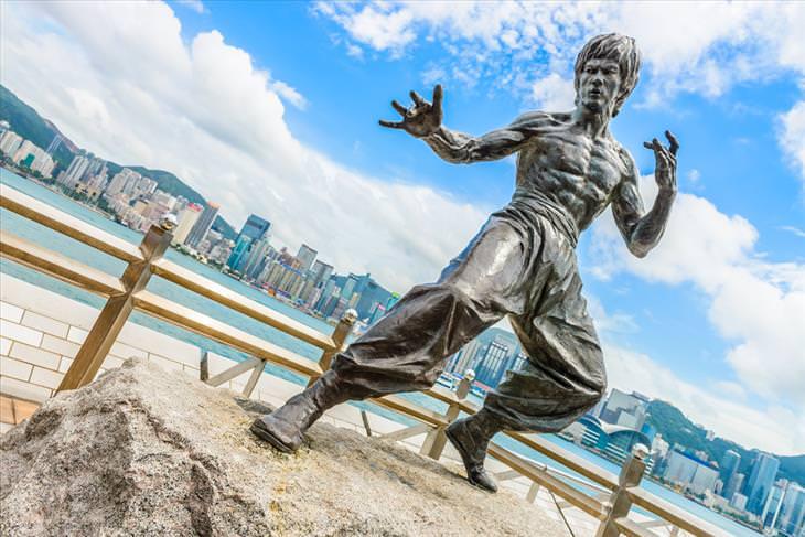 30 frases Bruce Lee estatua