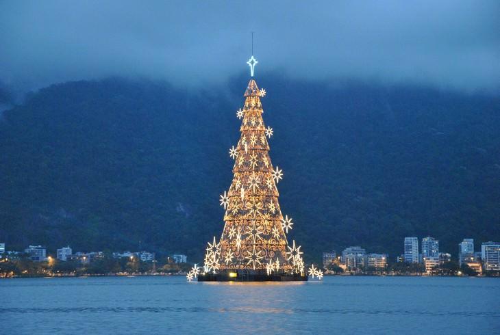 Árboles De Navidad  Un árbol flotante en México