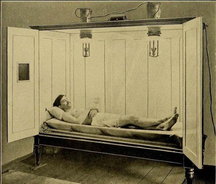 6 herramientas médicas del pasado Baños eléctricos