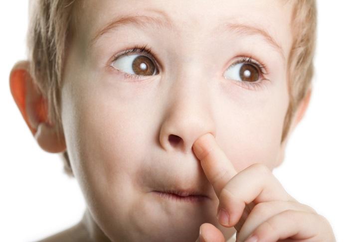 niño hurgandose la nariz