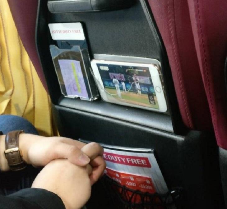 cosas interesantes, extrañas y únicas que solo se encuentran en Corea del Sur, bolsillos transparentes en los autobuses para teléfonos móviles para que pueda ver películas Me gusta
