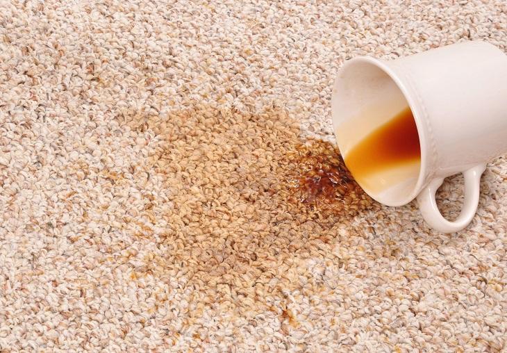 Quitar manchas de café de una alfombra