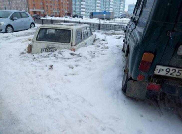 Auto sumergido en la nieve