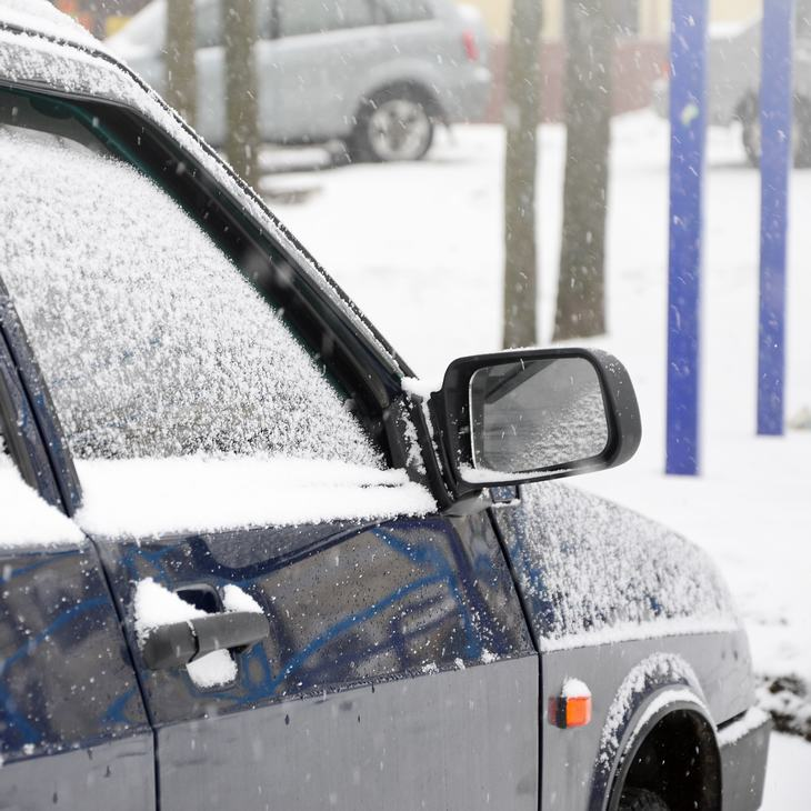 Auto lleno de nieve