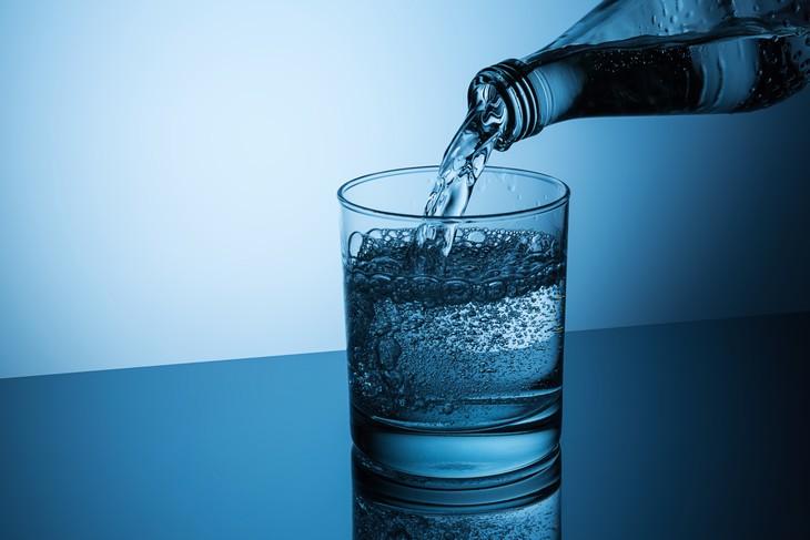 Beber agua mineral es beneficioso para la hipertensión