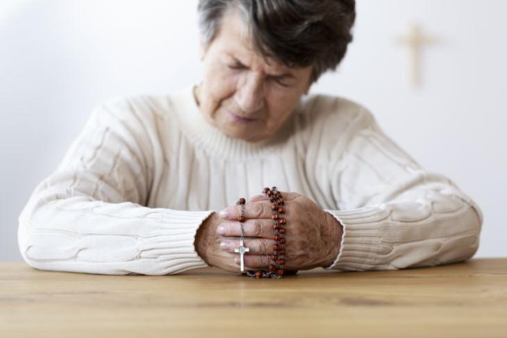 la señora se confiesa ante el cura