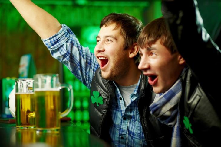 Chiste Dos Hombres Coinciden En Un Bar