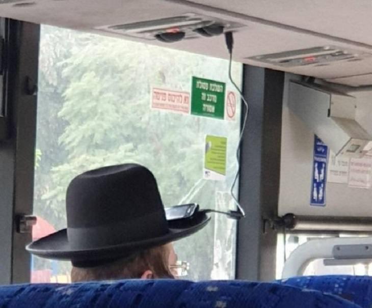 Imágenes soluciones ingeniosas hombre carga su celular en su sombrero