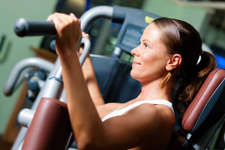Consejos para fortalecer tu piel después de adelgazar realiza entrenamiento con pesas