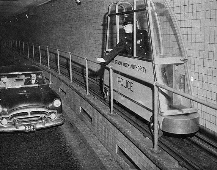 Imágenes Históricas los carros de policía que viajaban en una vía de ferrocarril al túnel Holland que conecta Manhattan con Nueva Jersey