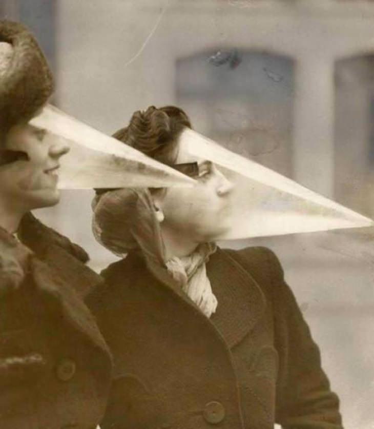 Imágenes Históricas Un par de mujeres canadienses usando un protector facial puntiagudo para proteger sus rostros